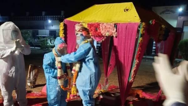 عروسی متفاوت برای زوج کرونایی !