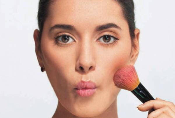 آموزش آرایش رژگونه با توجه به فرم صورت