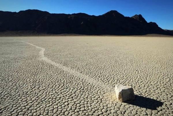 سنگهایی که راه میروند