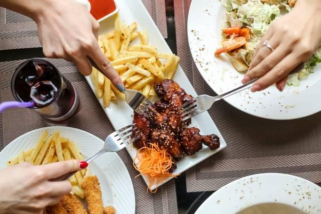 موقع غذا خوردن در جمع استرس میگیرید؟