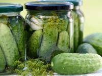 خوشمزه ترین خیارشور دنیا با این سبزی درست میشه